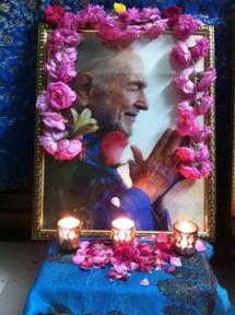 swamiji-altar-flowers
